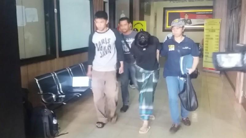 Vionina memakai sarung dan menunduk saat dibawa ke RS Polri