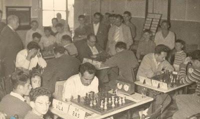 Josep Miquel Ridameya i Tatché jugando al ajedrez contra Miquel Farré
