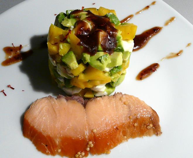 kulinarische welten zu fisch und meeresfrucht ger ucherter lachs mit b ffelmozzarella avocado. Black Bedroom Furniture Sets. Home Design Ideas