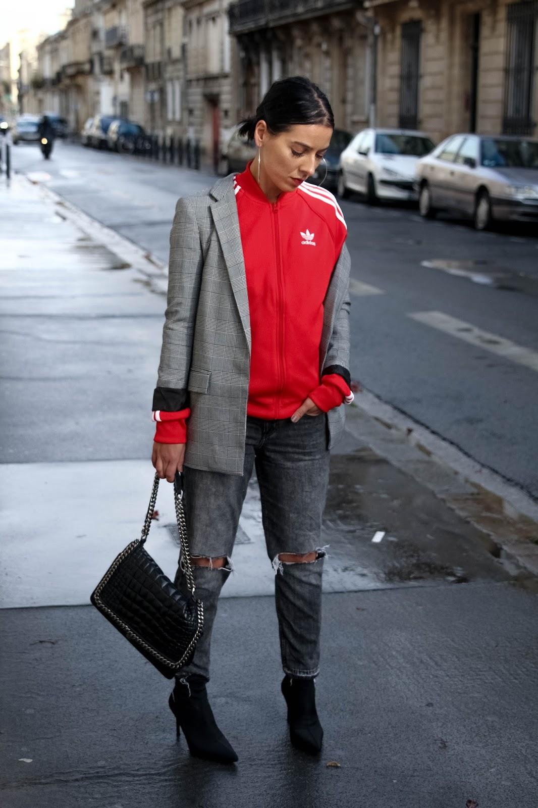 idée de look avec une veste adidas et des bottines chaussettes