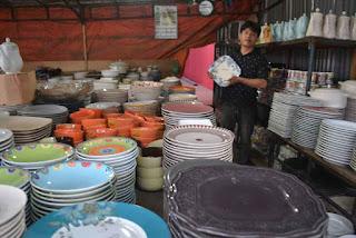 penjual piring keramik jalanan