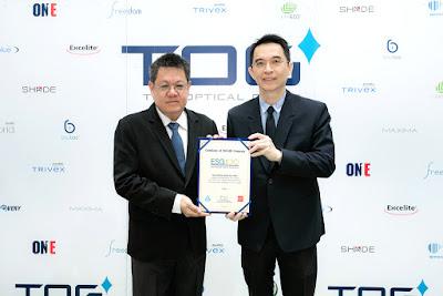 นายธรณ์ ประจักษ์ธรรม ประธานเจ้าหน้าที่บริหาร บริษัท ไทยออพติคอล กรุ๊ป จำกัด (มหาชน) (TOG) (ซ้าย) รับมอบประกาศนียบัตร ESG 100 Company จากนายพิพัฒน์ ยอดพฤติการ ประธานสถาบันไทยพัฒน์ ณ สำนักงานใหญ่ บริษัท ไทยออพติคอล กรุ๊ป ถ.บางบัวทอง-สุพรรณบุรี