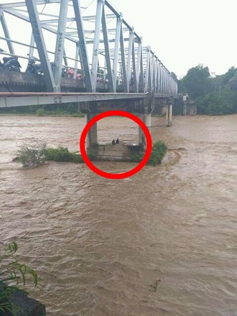 Asik Duaan Di Bawah Jembatan, Dua Sejoli Ini Kejebak Banjir