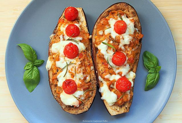 Pieczony bakłażan z warzywami, kurczakiem i mozzarellą