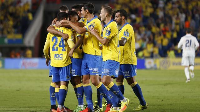 Los jugadores amarillos abrazados celebran el partido hecho