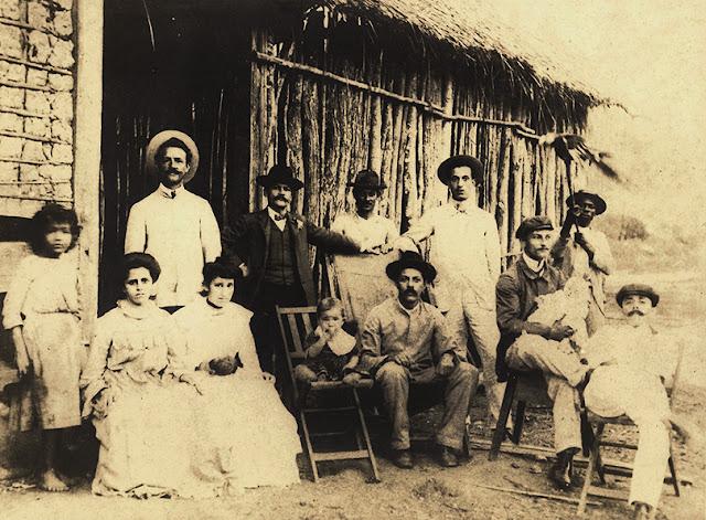 O engenheiro Ceciliano Abel de Almeida (terceiro sentado da direita para a esquerda), em 1907, durante a construção da Estrada de Ferro Vitória a Minas.