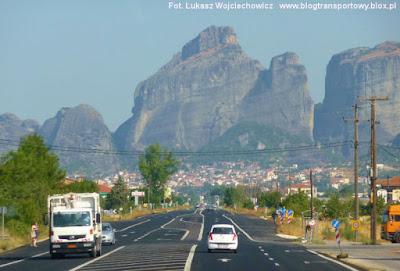 Widok na miasto Kalambaka i na Meteory