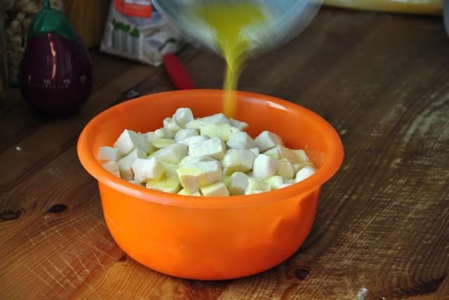 Flüssige Butter über die Teigstücke gießen