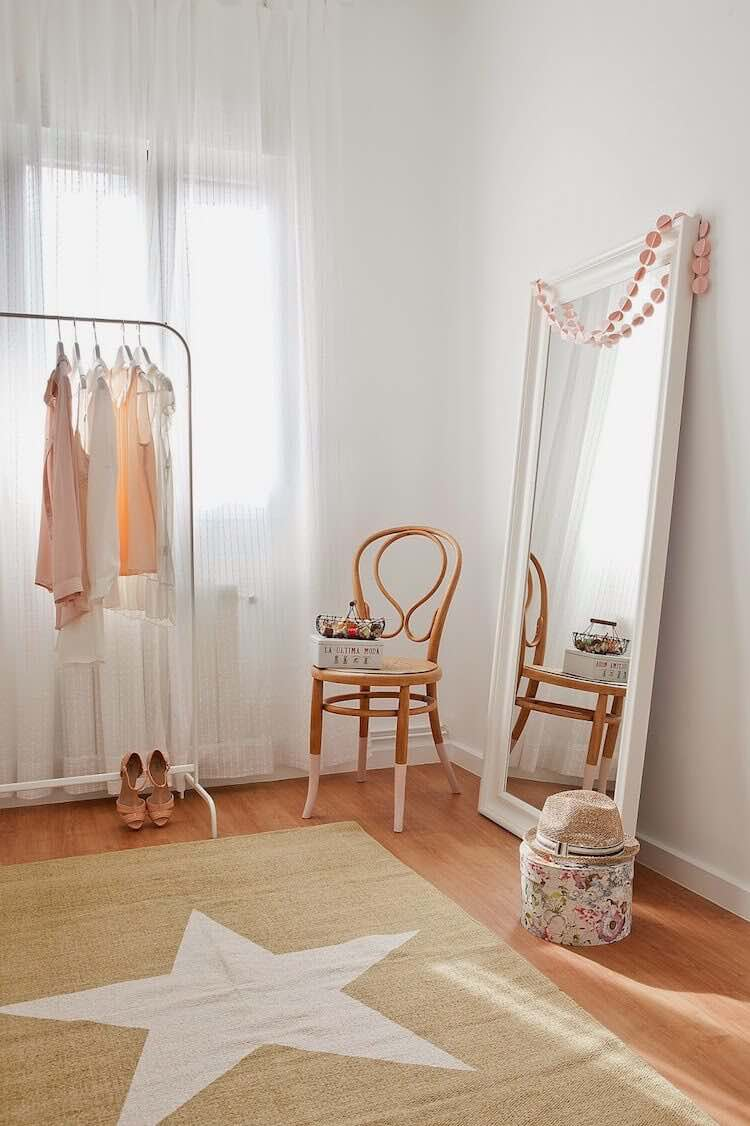 decorar con una silla antigua
