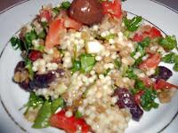 Δροσερή σαλάτα με κούς κούς, ντομάτα ελιές μαίδανό και φέτα - by https://syntages-faghtwn.blogspot.gr