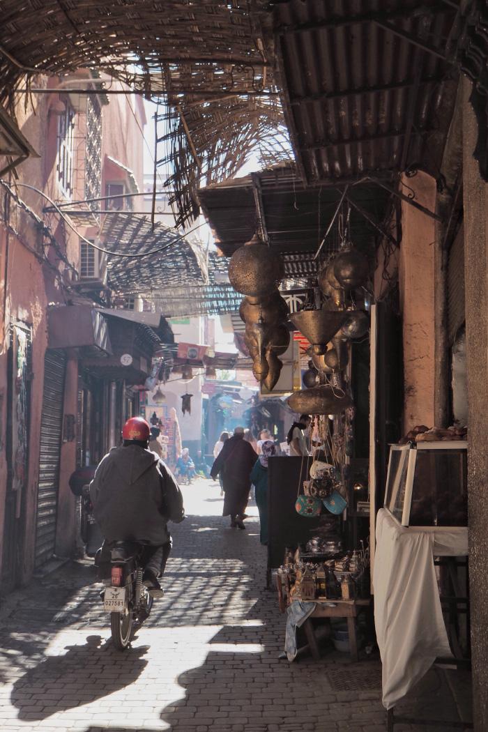 Souk dans la medina de Marrakech au Maroc
