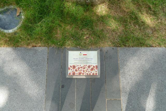 Polska tabliczka pod palmą