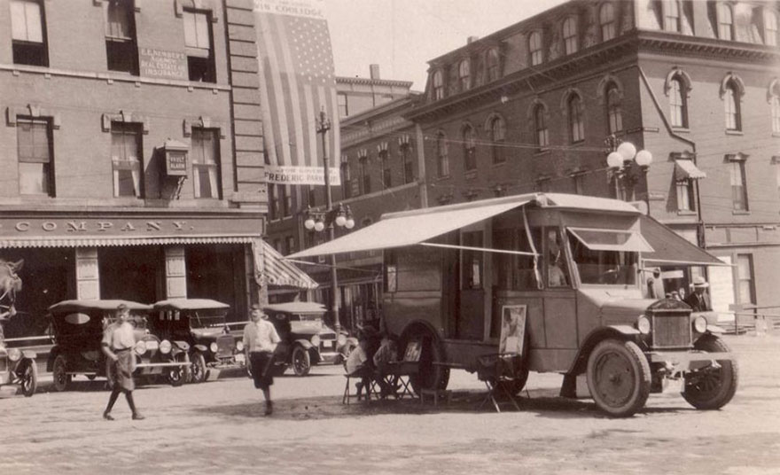Before Amazon, We Had Bookmobiles 15+ Rare Photos Of Libraries-On-Wheels - The Book Caravan, One Of The First Traveling Bookshops, 1920.