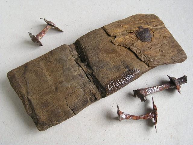 Deska z poszycia z nitami z wczesnośredniowiecznej łodzi ze stanowiska Ogrody na Wolinie