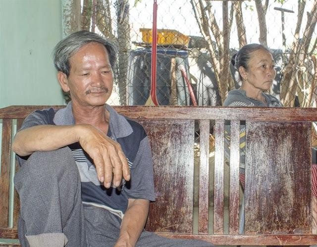 Ngư dân Nguyễn Dê và vợ (mẹ ruột thuyền trưởng Vũ) thẫn thờ vì mất tài sàn