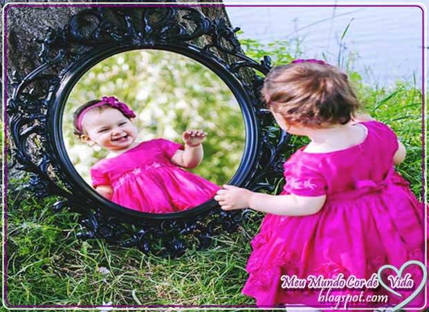 criança no espelho