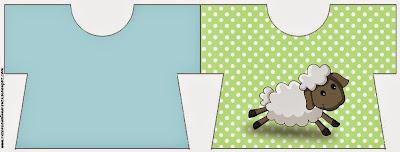 Tarjeta con forma de Camiseta de Ovejita en Fondo Celeste y Verde.