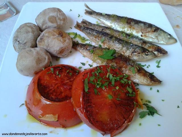 Sardinas a la parrilla, papas arrugás y tomate - Restaurante La Pandorga