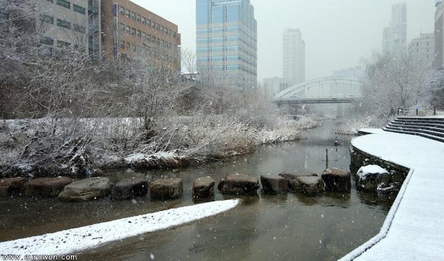 El arroyo Cheonggyecheon durante una nevada en Seúl