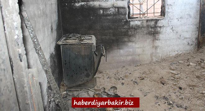 Diyarbakır Bismil'de evi yanan aile yardım bekliyor