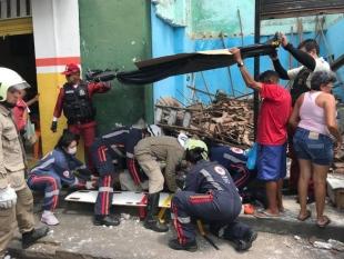 Teto de barbearia em Sobral desaba e deixa três pessoas feridas