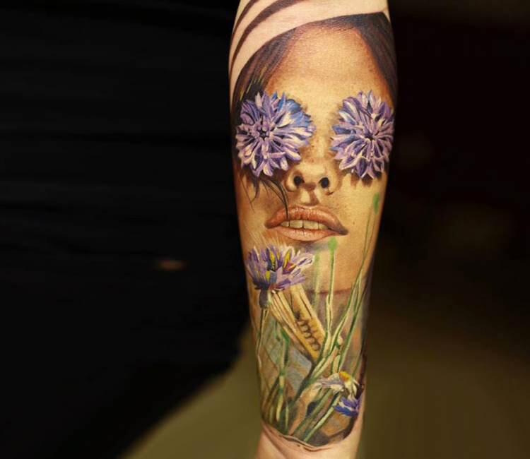 Tatuaje de un rostro con flores en los ojos