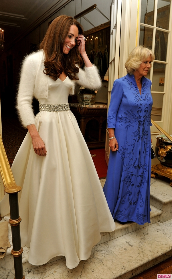 5fb16f7c00d7a İkinci bir gelinlik olarak (gelinlik mi desem elbise mi desem karar  veremedim aslında) yine Alexander McQueen adına Sarah Burton imzalı saten,  straplez bir ...
