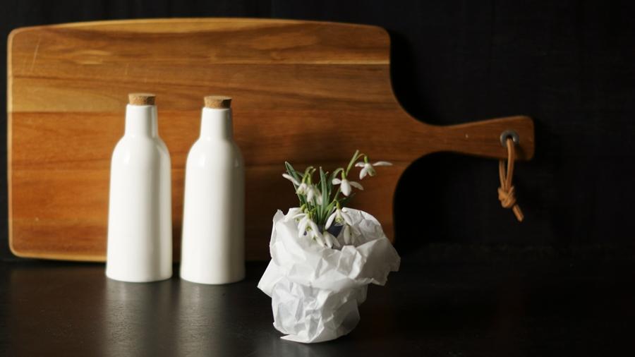 Blog + Fotografie by it's me! - fim.works - Schneeglöckchen, Holzbrett, Keramikflaschen