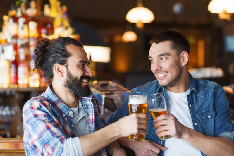 Casais que bebem juntos são mais felizes que a média, afirma estudo