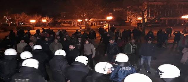 Bίντεο: «Ντου» πολιτών στον Σκουρλέτη - Μάχες με τα ΜΑΤ και συγκρούσεις με μέλη ΣΥΡΙΖΑ (φωτό)