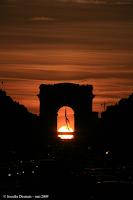 Le soleil se couche dans l'arche de l'arc de triomphe
