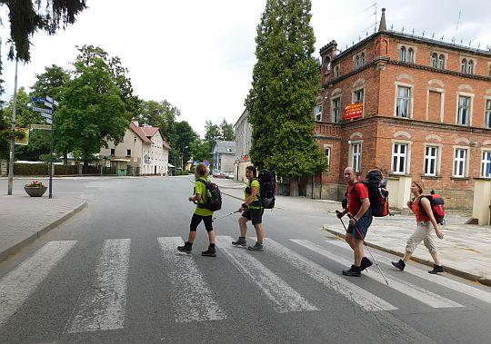 Ze Zdrojowej w lewo na ulicę Wolną.