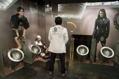 Mujeres observando a hombre mientras va al baño.