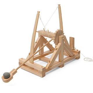 Une catapulte comme celle imaginée par Léonard de Vinci