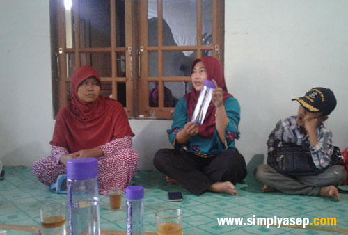 TESTIMONI:  Kak Cakra Suhati, Tim KE Nusantara memberikan testimoni yang diar rasakan selama mengkonsumsi Milagros di forum Kelompok Tani Rasau Jaya III tersebut..  Foto Asep Haryono