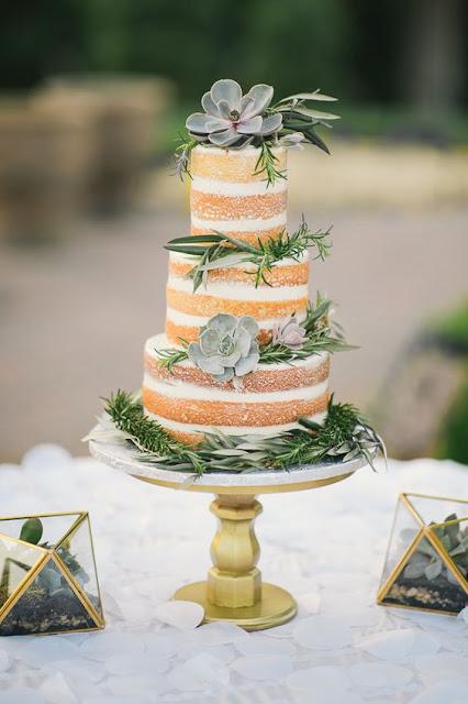 jak ozdobić naked cake? naked cake z sukulentami, nagi tort ozdobiony kwiatami