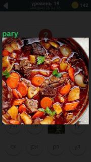 Большое приготовленное блюдо рагу с различными ингредиентами
