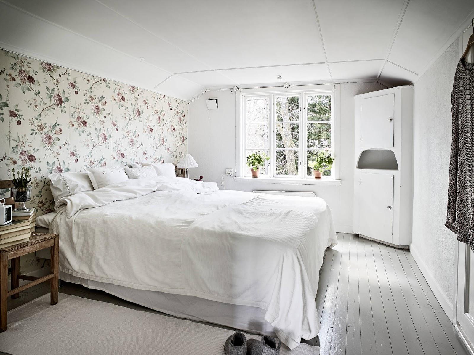 sypialnia w stylu wiejskim, sypialnia rustykanlna, styl rustykalny, tapeta w sypialni