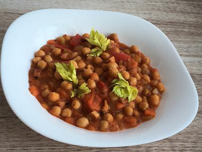 Cieciorka z pomidorami, papryką i kiełbasą