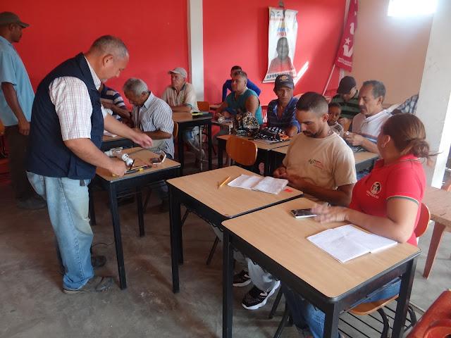 Comunidad 9 de Diciembre en Apure recibió taller para reparar bombillos ahorradores.