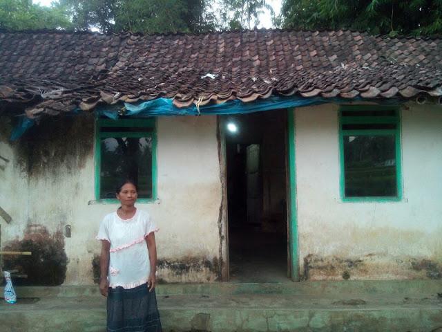 Keadaan Rumah Sima yang Tampak dari Depan, Atapnya Terlihat Mulai Rapuh dan Turun