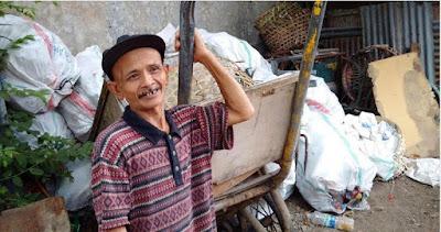 Salut! Tukang Sampah Ini Kembalikan Uang Tunai Senilai Rp 20 Juta Temuannya