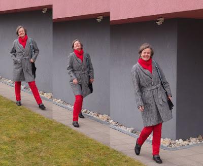 Femininer Glencheckmantel mit Rot kombiniert