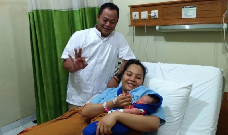 Bayi anak relawan Paslon 3 ini diberi nama Anies Sandi Hidayatulloh