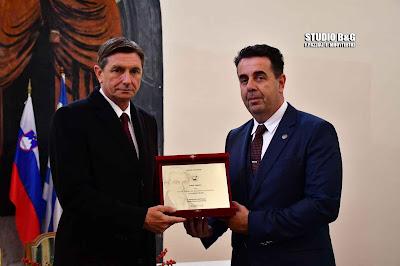 Επίδοση τιμητικής πλακέτας από τον Δήμαρχο Ναυπλιέων Δ. Κωστούρο στον Πρόεδρο της Σλοβενίας Μπόρουτ Πάχορ (βίντεο)