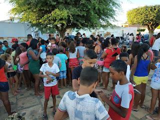 FB IMG 1545792878077 - VEREADOR DE LAGOA 33 SE VESTE DE PAPAI NOEL E ENTREGA PRESENTE E BRINQUEDOS PARA A CRIANÇADA.