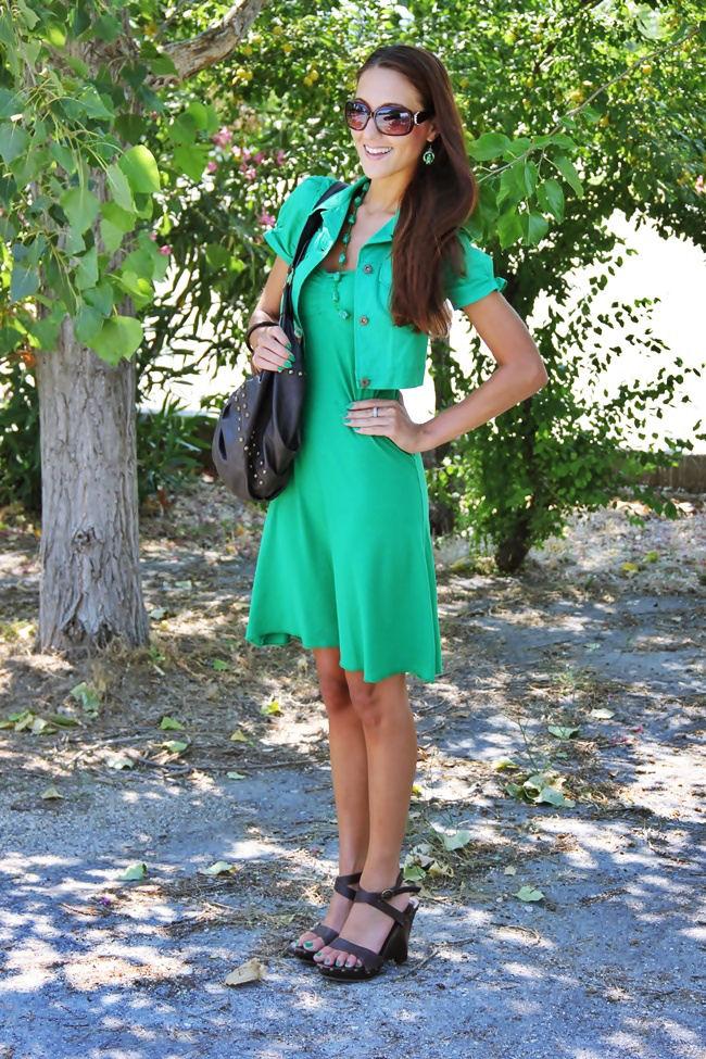 trava zelena haljina i zeleni bolero braon zara sandale braon tasna