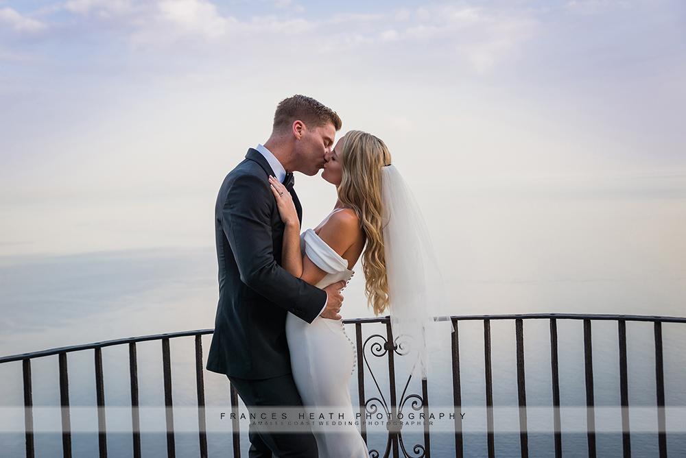 Bride and groom kiss in Villa Cimbrone