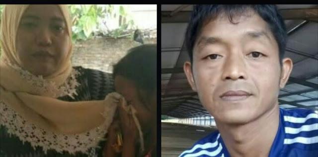 Ana dan anaknya menunjukkan foto suaminya Yono yang ditahan di Malaysia.