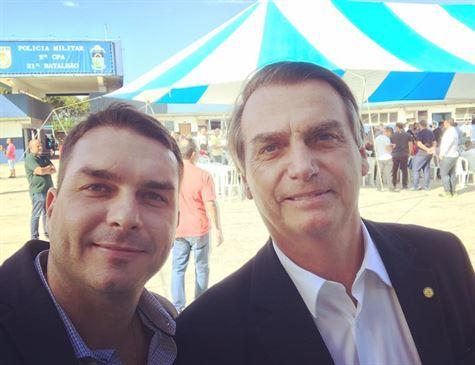 Família Bolsonaro tem histórico de elogios a PMs suspeitos de elo com milícia